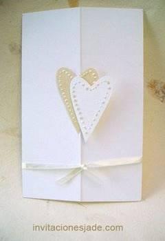 Invitación de boda blanca con corazones