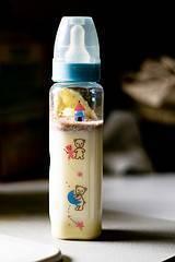 Cómo preparar biberones con leche de vaca