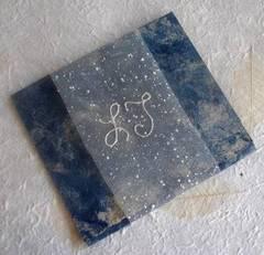 Invitación de boda en papel amate con iniciales